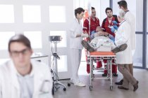 Hospital staff helping patient in emergency — Stock Photo