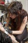 Nahaufnahme des Tätowierers bei der Arbeit im Studio — Stockfoto