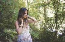 Молодая женщина в лесу — стоковое фото