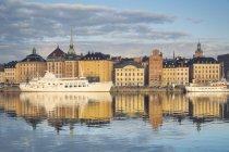 Швеція, Стокгольм, переглянути Гамла Стан Старе місто проти води з корабля — стокове фото
