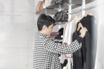 Жінка покупки для одягу — стокове фото