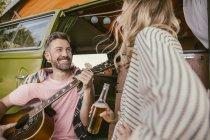 Счастливая пара в Ван, создание музыки — стоковое фото
