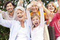 Retrato do entusiasmado família estendida ao ar livre — Fotografia de Stock