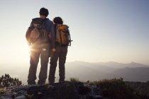 Autriche, Tyrol, Unterberghorn, couple regardant le coucher du soleil — Photo de stock
