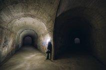 Чоловік, спираючись на стіні в вилка два тунелі — стокове фото