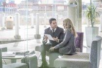 Два деловых людей в лобби отеля — стоковое фото