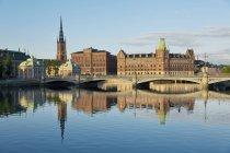 Швеція, Стокгольм, погляд на Riddarholms церкви та Васа міст, що відображають на поверхні води річки — стокове фото