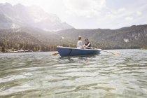 Німеччина, Баварія, Eibsee, пара в гребні човни по озеру — стокове фото