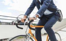 Крупним планом бізнесмен велосипед їзда — стокове фото