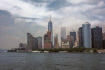 Blick auf Manhattan Skyline und East River bei Tag, New York City, USA — Stockfoto