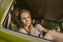 Donna in furgone in viaggio guardando fuori dalla finestra — Foto stock
