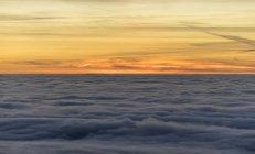 Мальовничим видом атмосферних інверсії увечері регіоні Harz Національний парк, Саксонія-Ангальт, Німеччина — стокове фото