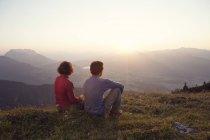 Австрія, Тіроль, Unterberghorn, два туристи, відпочиваючи в альпійський пейзаж на заході сонця — стокове фото