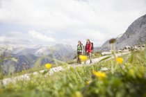 Germany, Bavaria, couple hiking at Osterfelderkopf — Stock Photo