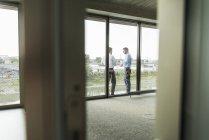 Deux jeunes entrepreneurs, debout sur le balcon de parler — Photo de stock