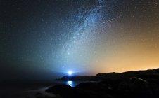 Испания, Valdovino, звездное небо с Млечного пути и падающая звезда над галисийское побережье — стоковое фото