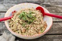 Otsu Salat mit Soba-Nudeln, Tofu, Gurke, Sesam, Zwiebeln und Koriander in Schüssel — Stockfoto