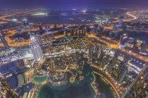 Об'єднані Арабські Емірати, Дубай, пташиного польоту від хмарочосу Бурдж Халіфа над Бурдж Халіфа озера, Сук Аль-Бахар та Дубайської бухти в ніч — стокове фото
