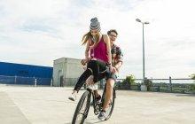 Щасливі молодої пари разом на велосипеді — стокове фото