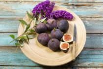 Fresh Figs and flowers — Stock Photo