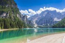 Італія, Південний Тіроль, Доломітові Альпи, Fanes-Sennes-Prags природний парк, озеро Prags з Seekofel — стокове фото
