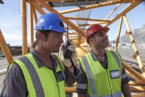 Два работника в порту с рацией — стоковое фото