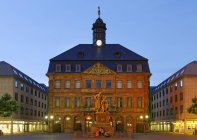 Germany, Hesse, Hanau, Neustadt town hall with Brothers Grimm monument — Stock Photo