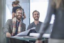Colegas de negócios criativos tendo uma reunião no escritório — Fotografia de Stock