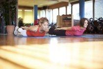 Женщина тренируется с тренером в фитнес-студии — стоковое фото