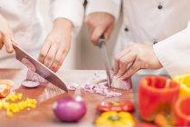 Köche, die hacken Zwiebeln — Stockfoto