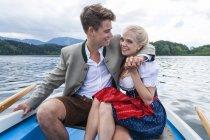 Pareja joven de Alemania, Baviera, sentado en un remo del barco en Staffelsee - foto de stock