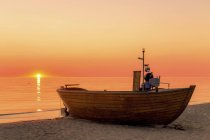 Germania, Ruegen, Binz, barca sulla spiaggia all'alba sull'acqua — Foto stock