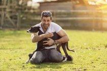 Портрет чоловіка зі своєю собакою на луг — стокове фото