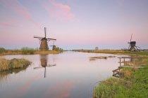 Netherlands, Kinderdijk, Kinderdijk wind mills at twilight — стоковое фото