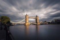 Regno Unito, Londra, vista sul Tower Bridge al crepuscolo, lunga esposizione — Foto stock