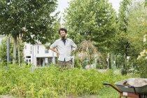 Junger Mann stehend in einem städtischen Garten — Stockfoto