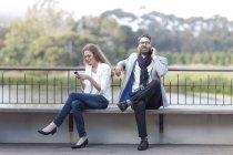 З'єднайте з смартфонів на терасу — стокове фото