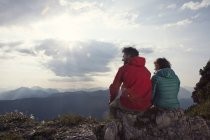 Австрія, Тіроль, Unterberghorn, два туристи, відпочиваючи в альпійський пейзаж — стокове фото