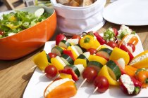 Colorful vegetarian skewers for barbecue on plate — Fotografia de Stock
