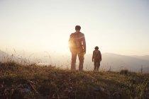 Österreich, Tirol, alle Paare Wandern am Unterberghorn bei Sonnenuntergang — Stockfoto
