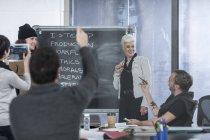 Бізнес колег з випадкова зустріч в офісі — стокове фото