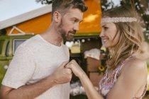 Homme tenant la main de la femme devant le van — Photo de stock
