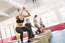 CrossFit Athleten tun Box Dips in Turnhalle — Stockfoto