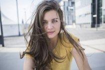 Donna con i capelli che soffiano — Foto stock