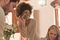 Молодая женщина позирует с листком из букета цветов для фотографии — стоковое фото