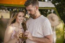 Casal tomando uma cerveja na frente da van — Fotografia de Stock