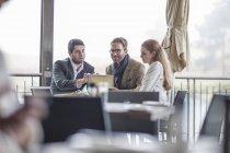 Tre persone che hanno una riunione al ristorante — Foto stock