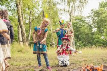 Deutschland, Sachsen, Indianer und Cowboyparty, Kinder rasten Marshmallows auf Stöcken — Stockfoto