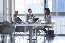 Tre donne che hanno un incontro al ristorante — Foto stock