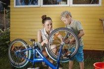 Мати і син, ремонт велосипедів разом — стокове фото